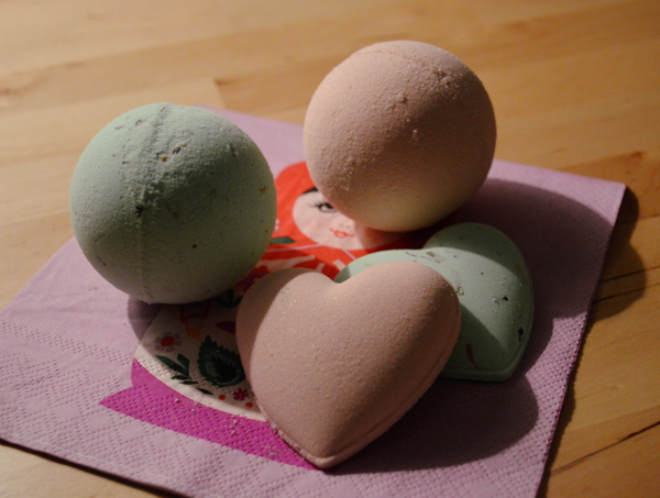 2women+2cats: DIY Bath Bombs